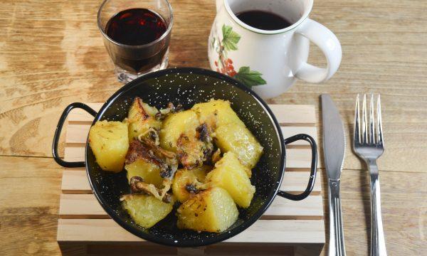 Patate con funghi e cipolle in padella