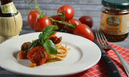 Spaghetti quadrati con frutti di mare e pomodori secchi