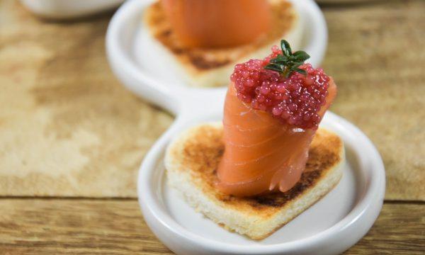 Turbanti di salmone con uova di lompo rosse