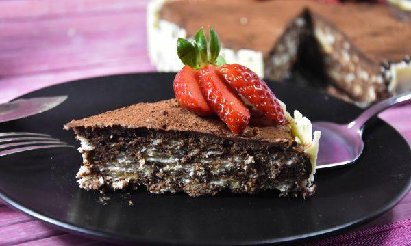 Torta di biscotti con ganache di cioccolato e decori