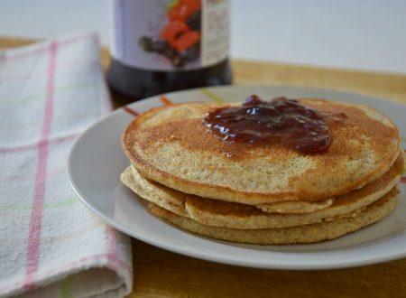 Pancakes integrali con marmellata ai frutti di bosco