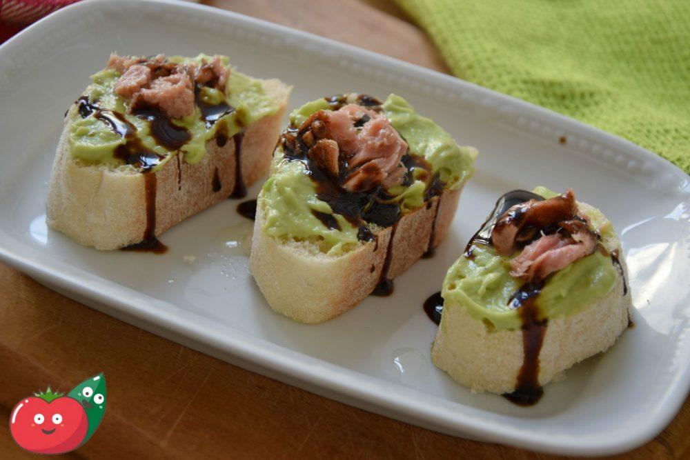 Tartine con tonno e salsa di avocado