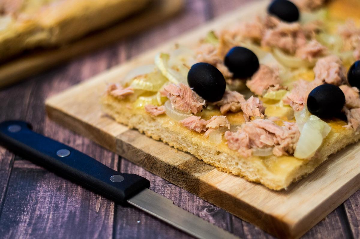 Focaccia con cipolle olive e tonno