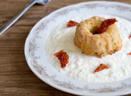 Muffin con zucchine e pomodori secchi su crema di burrata