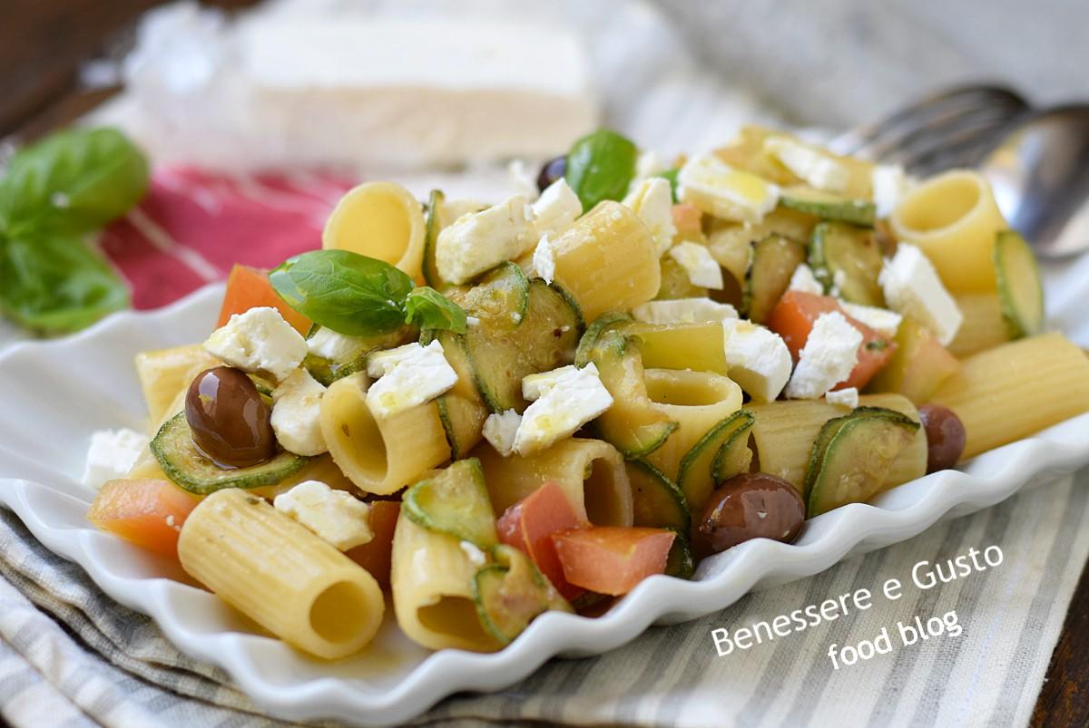 Pasta fredda alla greca con feta zucchine e pomodori for Cucinare per 20 persone