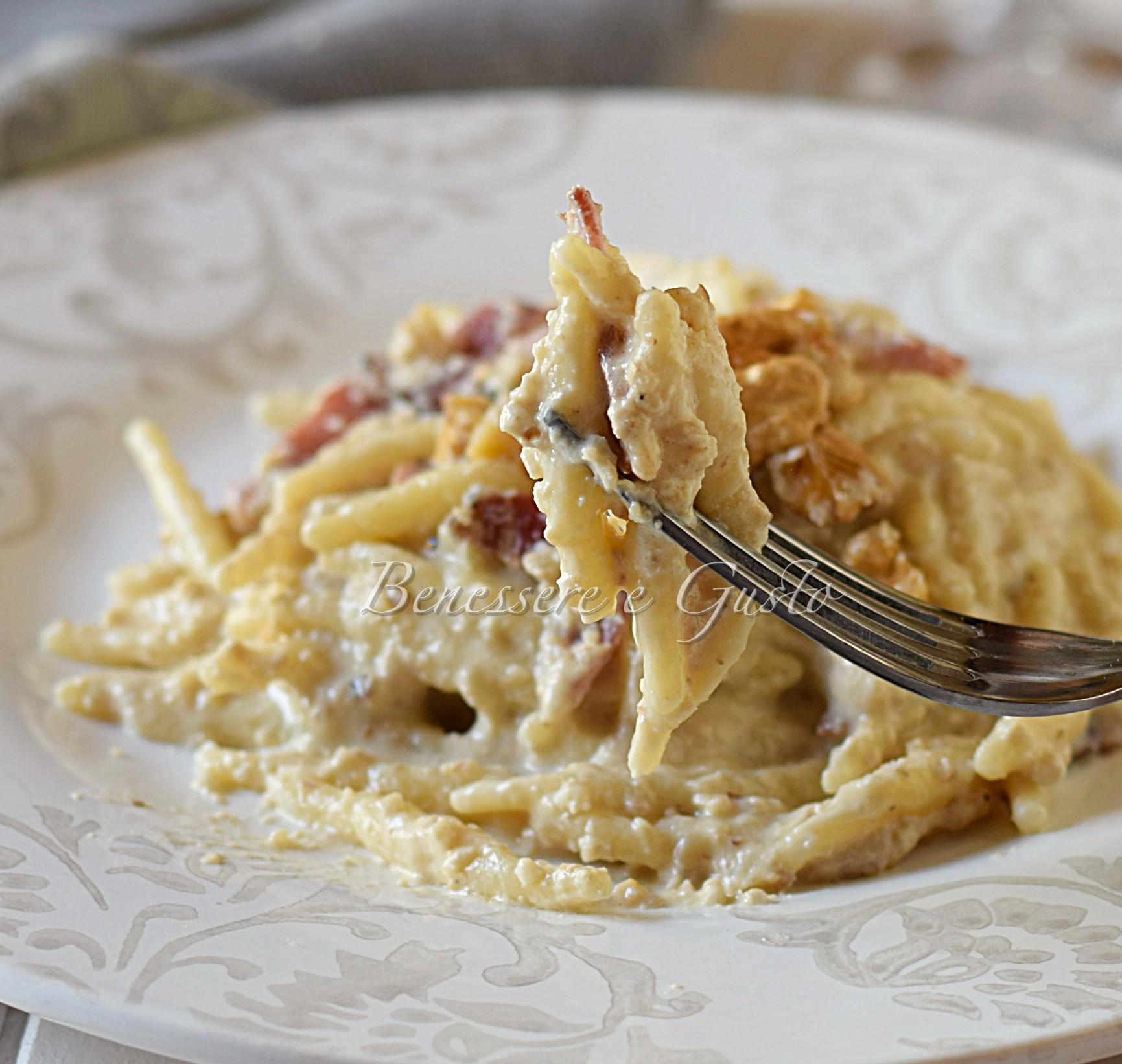 Pasta con crema di noci e speck