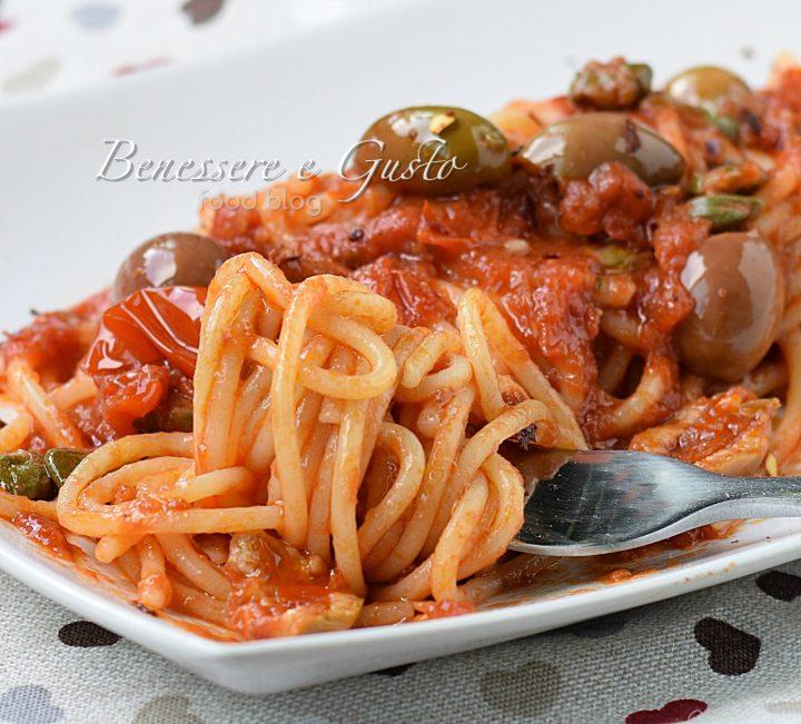 Spaghetti olive e capperi - alla puttanesca