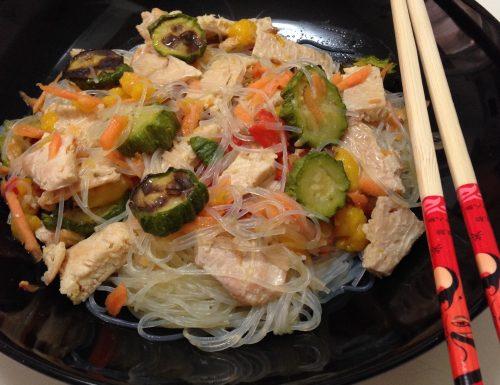 Spaghetti di soia pollo e verdure