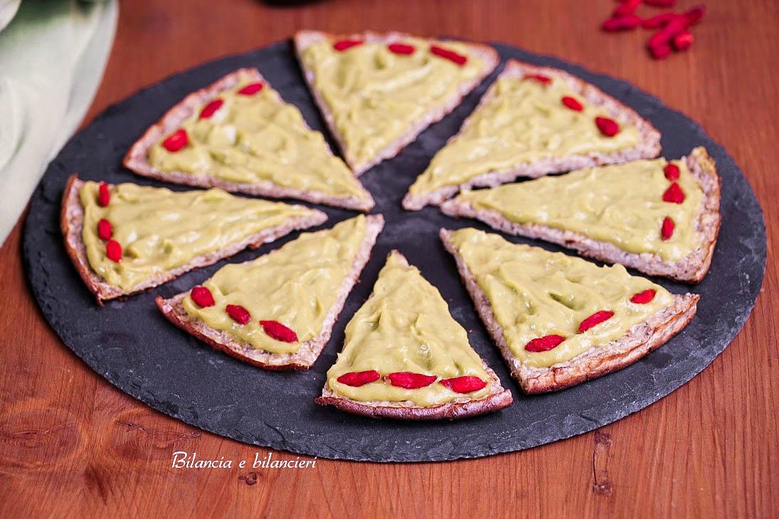 Pizza con fiocchi d'avena e crema di avocado al mango