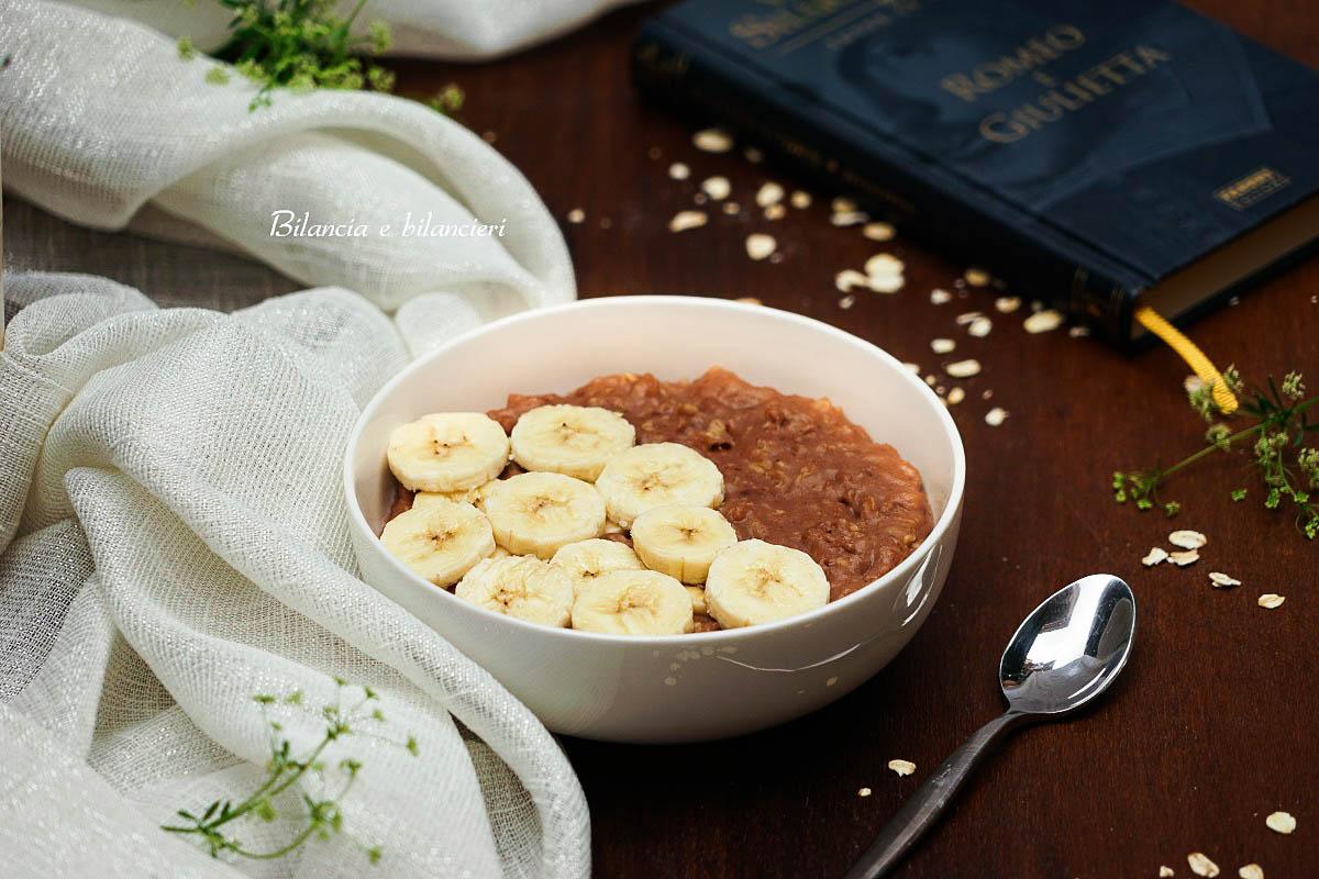 Porridge con fiocchi di avena e banana al cacao