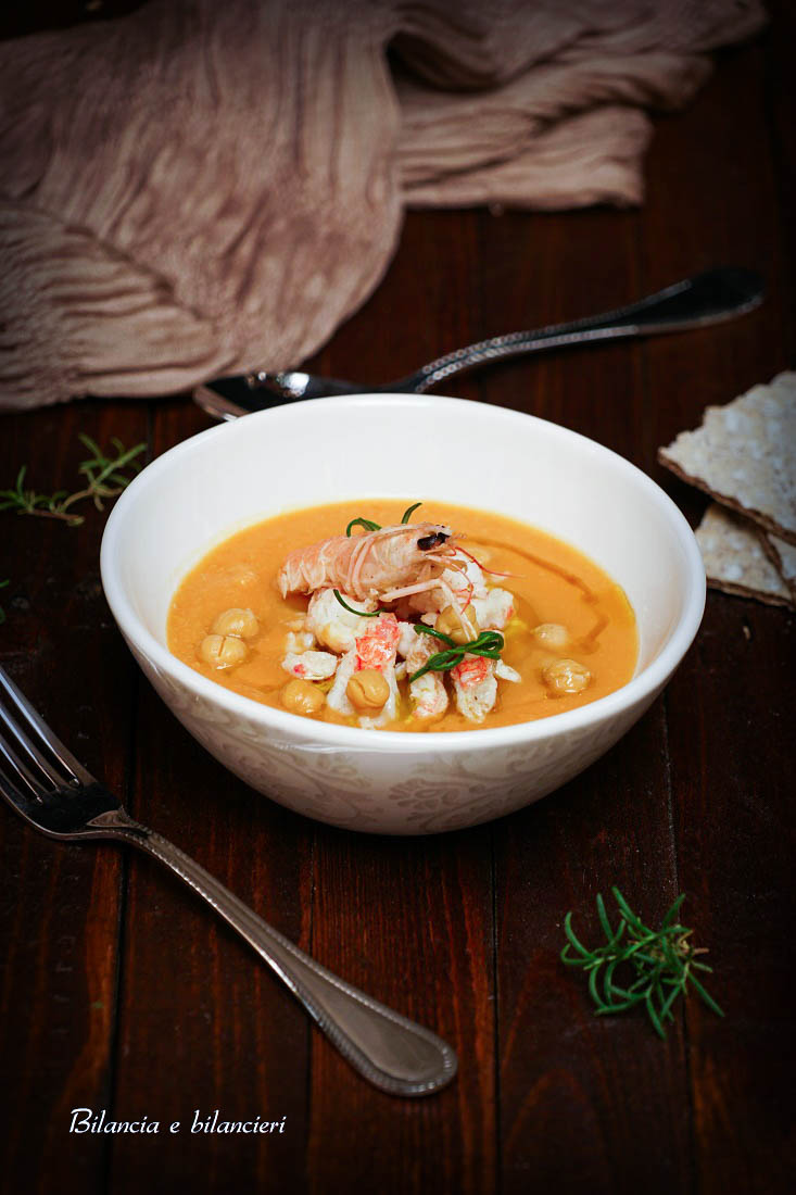 Scampi profumati al rosmarino con zuppa di ceci e zucca