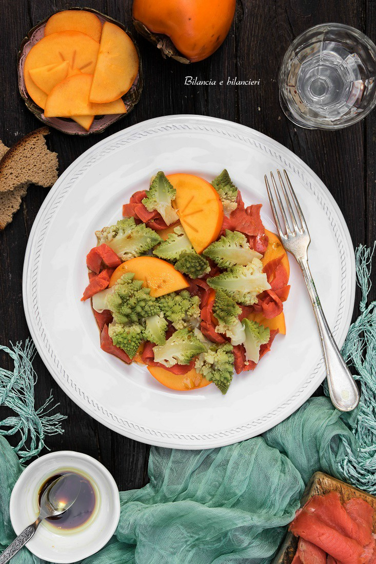Salmone selvaggio con insalata di cavolo romano e cachi persimon