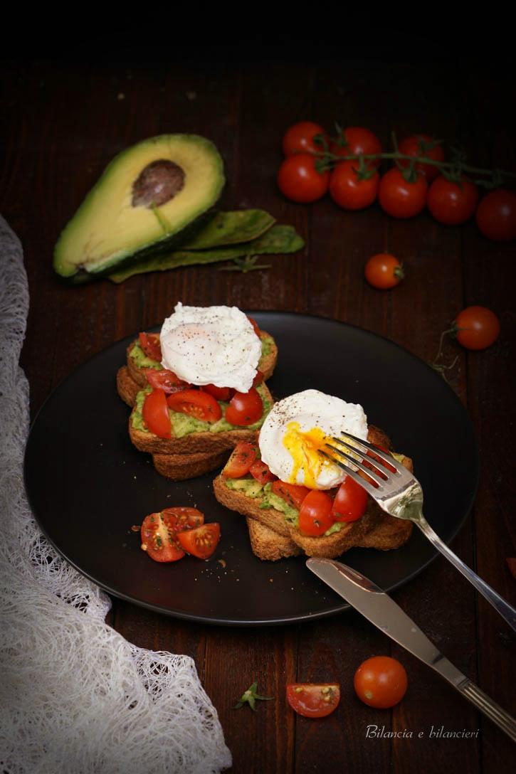 Toast con avocado pomodorini ciliegini e uova in camicia