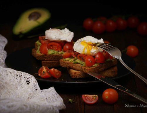 Toast con avocado pomodorini ciliegino e uova in camicia