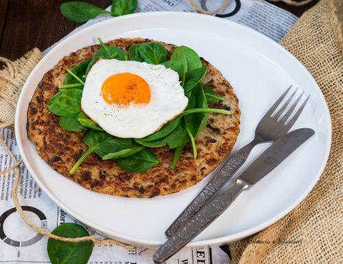 Frittata di patate con uovo al tegamino e spinacino novello
