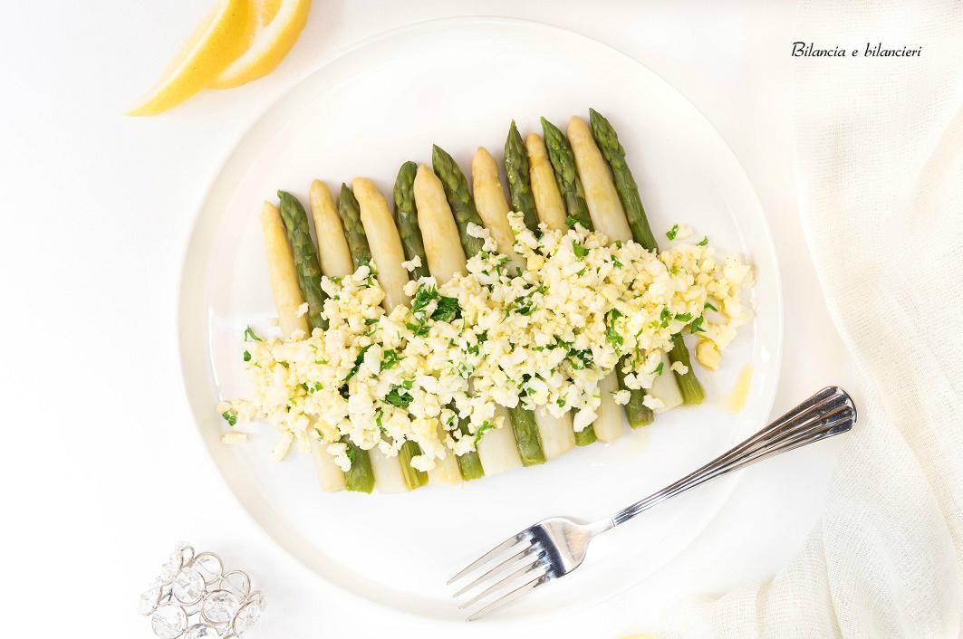 Insalata di asparagi bianchi e verdi con uova sode strapazzate