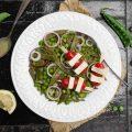 Insalata di taccole e piselli con spiedini di tofu