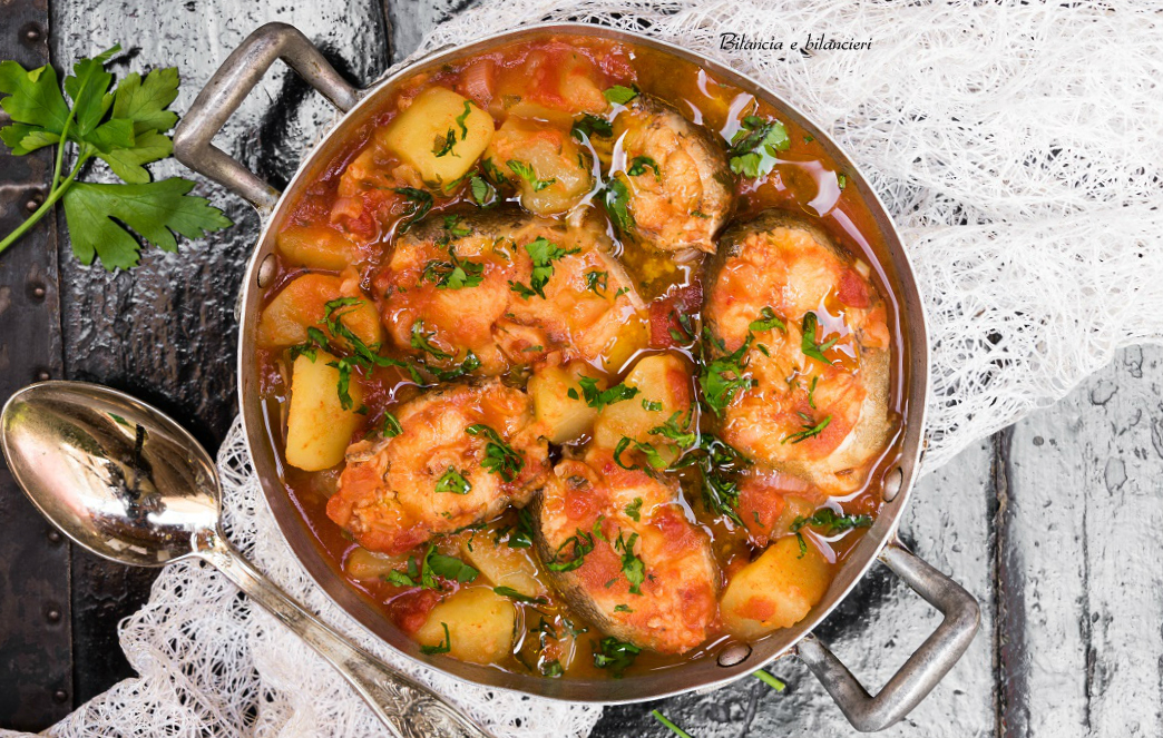 Tranci di merluzzo con patate in guazzetto di pomodoro