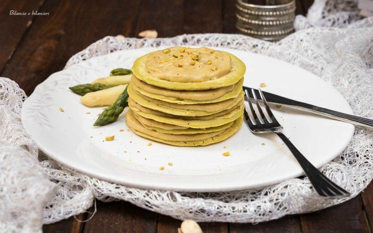 Pancakes di piselli con besciamella di pistacchi e asparagi