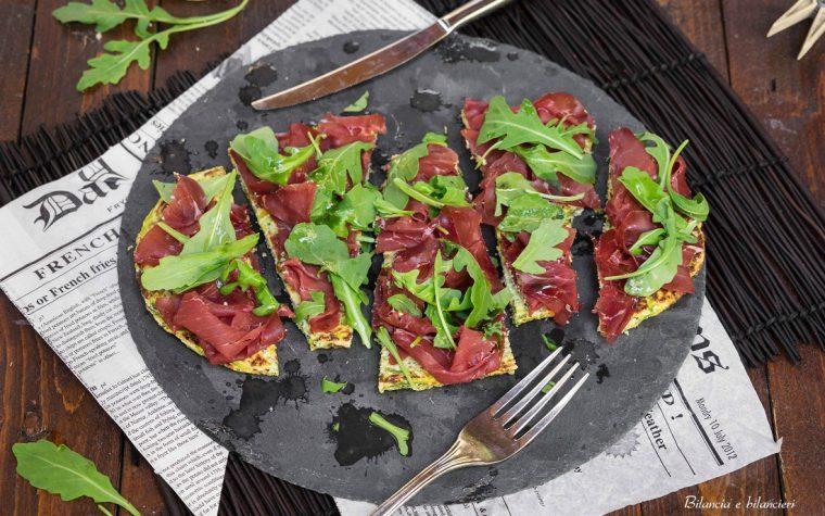 Pizza di zucchine con bresaola e rucola