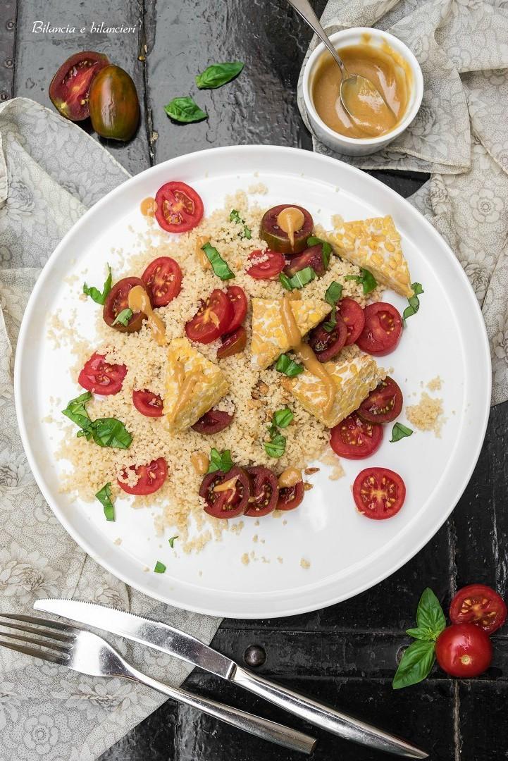 Cous cous con tempeh e pomodorini in salsa di arachidi