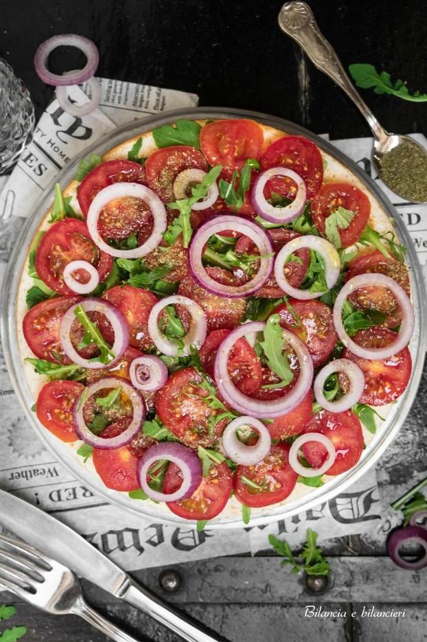 Pizza pancake con pomodori alla rucola e cipolla