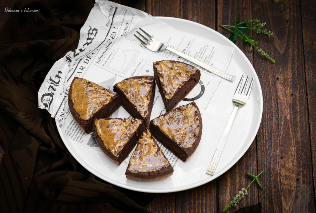 Tortina brownie ai fagioli cannellini con crema di mandorle