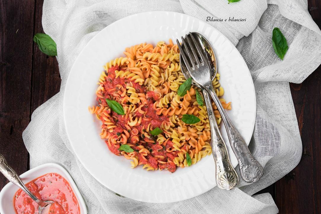 Fusilli di legumi con salsa fredda di pomodoro al basilico