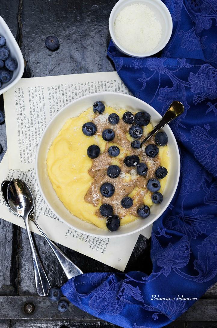 Polenta Porridge con Mirtilli e Crema di Mandorle Sgusciate