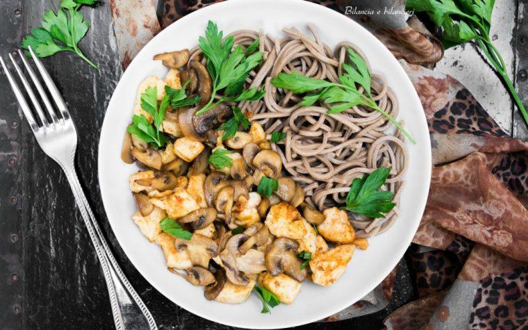 Soba noodles con spezzatino di pollo e funghi champignon