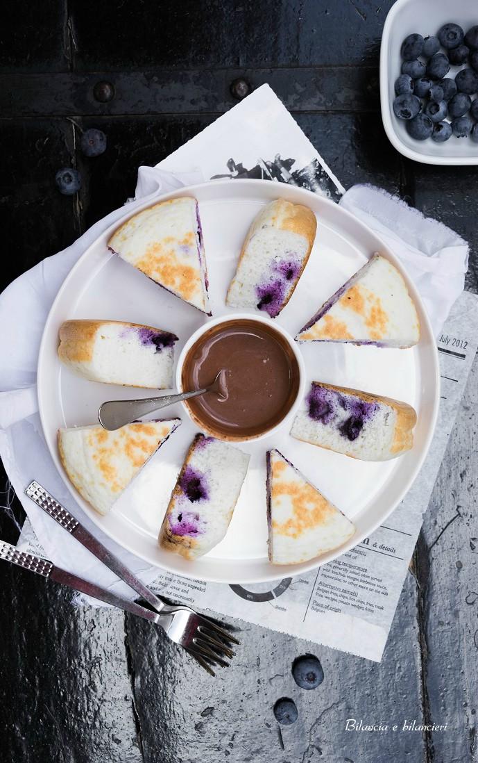 Torta Pancake ai Mirtilli con Crema di Sesamo al Cacao