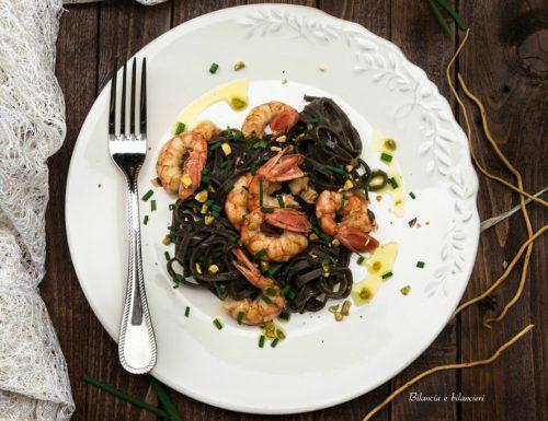 Tagliolini al nero di seppia con gamberoni e pistacchi