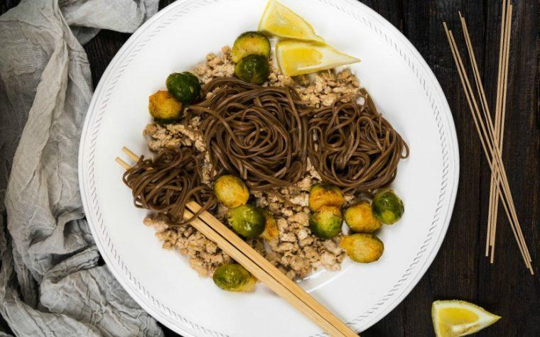Tacchino macinato con cavolini di Bruxelles e soba noodles