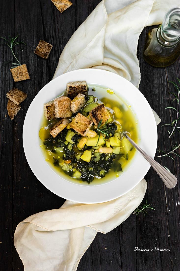 Zuppa di cavolo nero con fagioli cannellini e curcuma