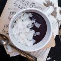 Cioccolata calda alla macarruba e chips di cocco essiccato