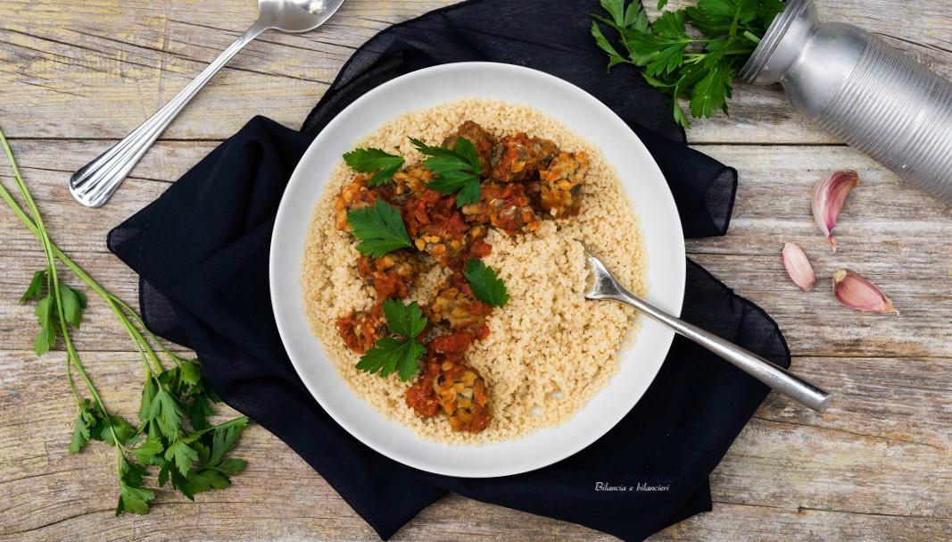 Cous cous con tempeh di fagioli occhio nero al curry