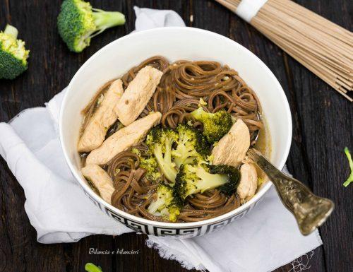 Zuppa di pollo piccante con soba noodles e broccoli siciliani