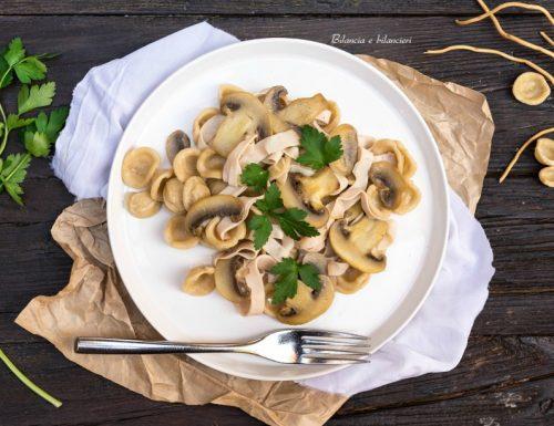 Orecchiette saltate con funghi champignon e arrosto di tacchino