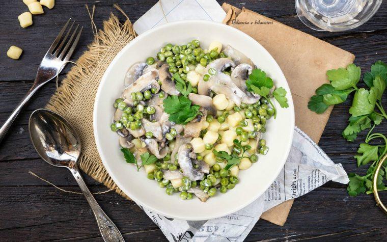 Gnocchetti di patate con pisellini funghi e panna di soia