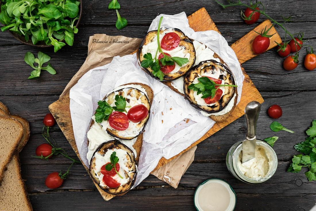 Crostoni con melanzane tofu spalmabile pomodorini e songino