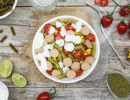 Fusilli di piselli verdi con wurstel vegetale mais e pomodorini