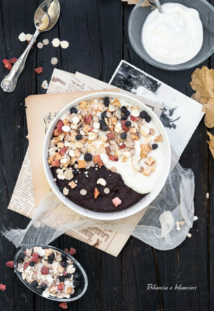 Mug Cake al Cocco e Cacao con Yogurt e Muesli