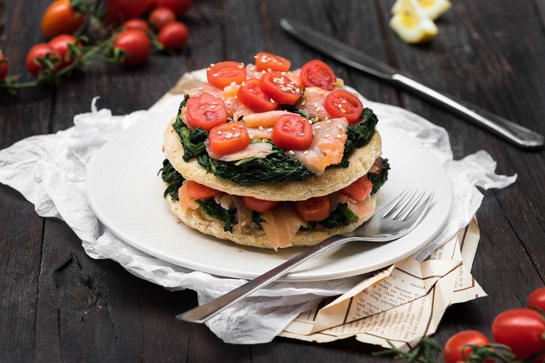 Pancakes con spinaci salmone affumicato e pomodori ciliegino
