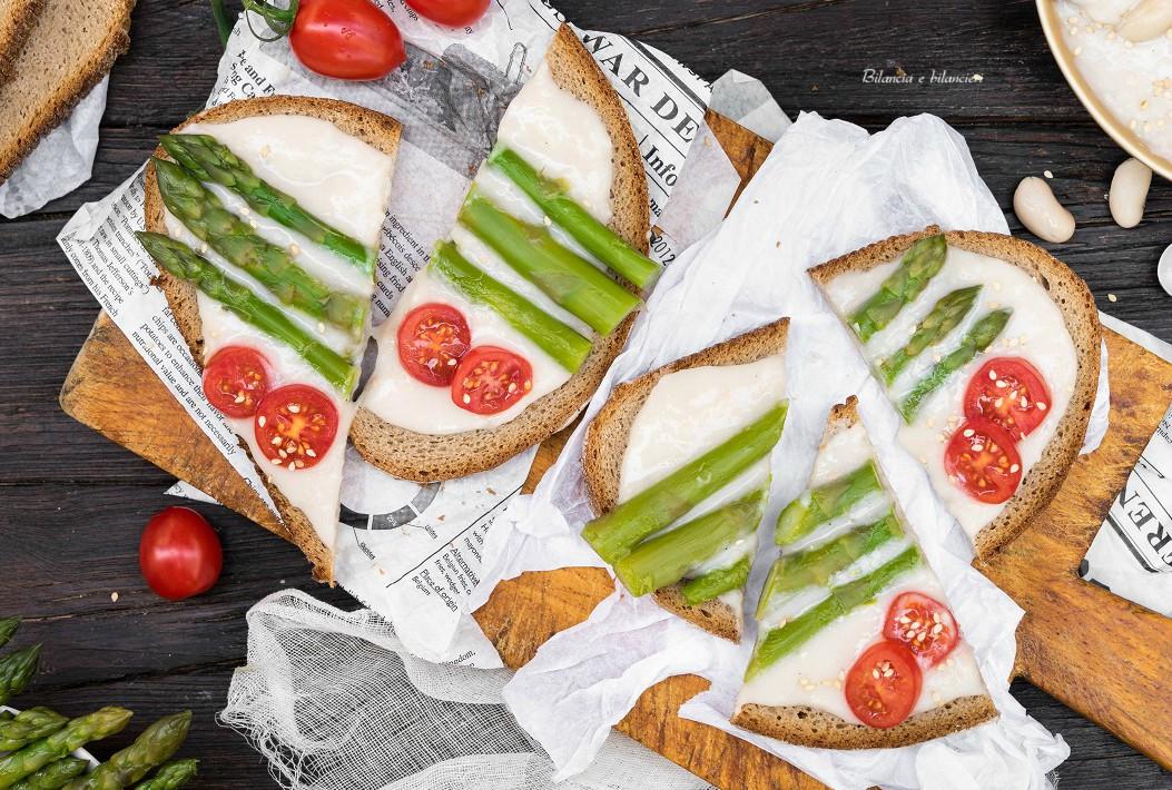 Pane di segale con crema di cannellini asparagi e pomodorini