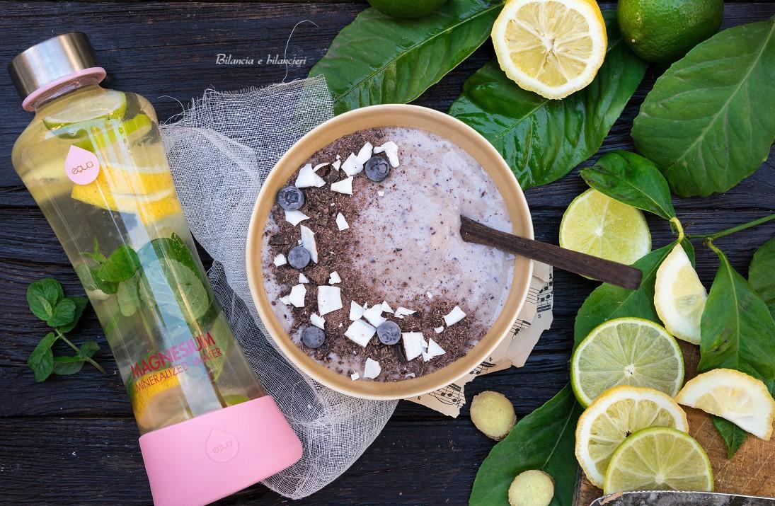 Smoothie di banana alla mandorla con mirtilli e cioccolato fondente