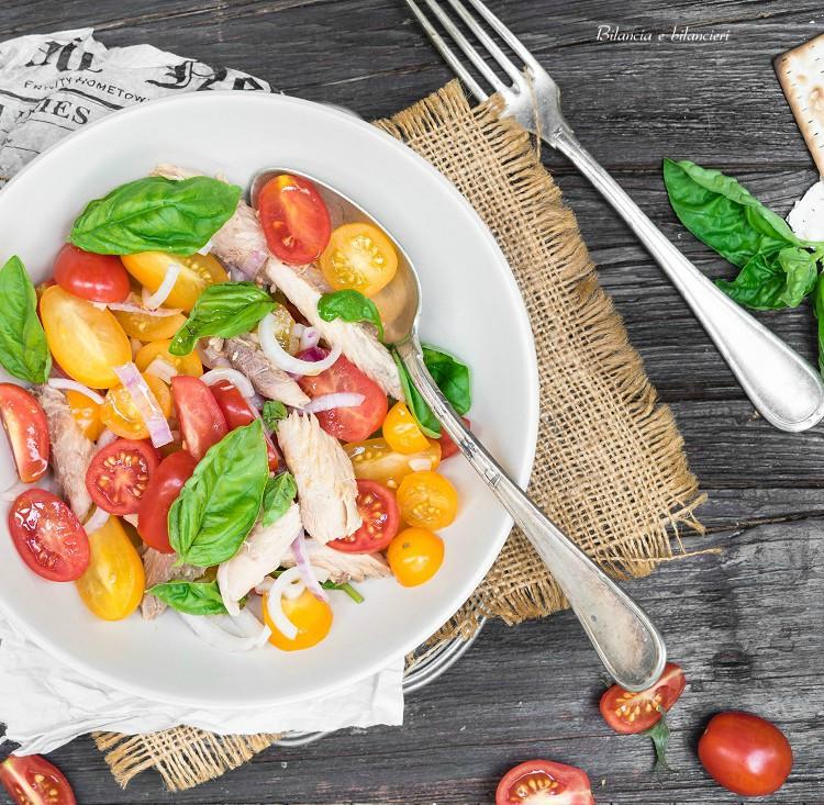 Insalata di pomodorini con sgombro e cipolla rossa di Tropea