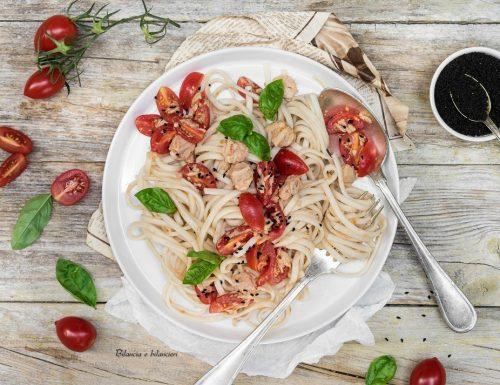 Udon noodles con tonno al naturale e pomodori datterino