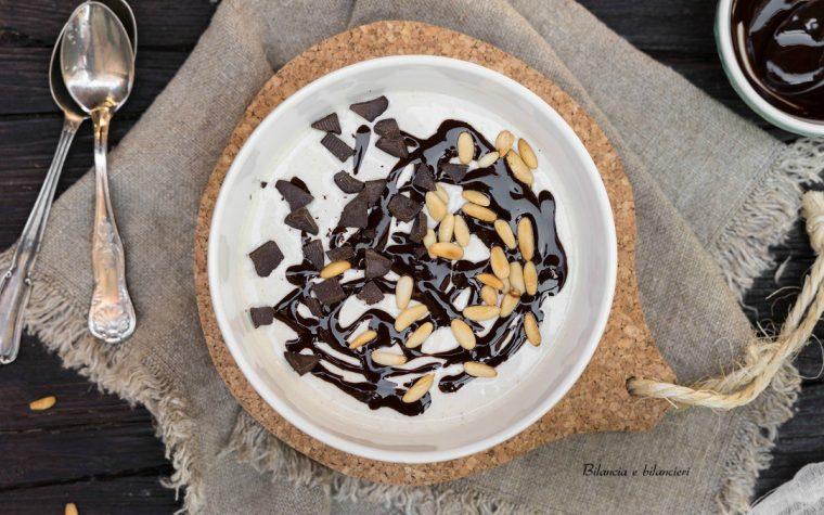 Overnight oats con crema di carruba pinoli e cioccolato