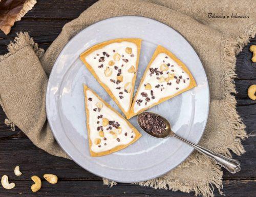 Pizza dolce alla soia con fave di cacao e anacardi