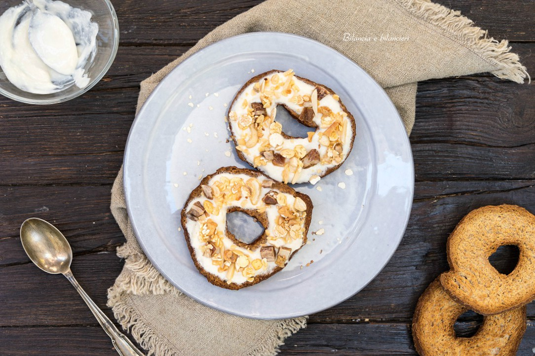 Frise con yogurt al muesli proteico di datteri e noci
